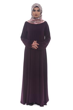 mujer alegre: Atractiva mujer árabe con los brazos cruzados sobre fondo blanco Foto de archivo