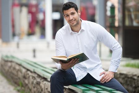 humilde: Hombre musulmán humilde está leyendo el Corán al aire libre