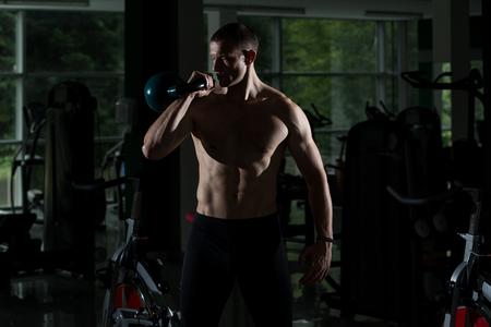 fitness hombres: Silueta sana del hombre joven que presentan - Potencia Hombre hermoso atlético de los hombres - Cuerpo de fitness muscular