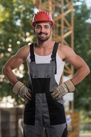 casco rojo: Retrato de hombre de Ingeniero Arquitecto de sexo masculino con casco rojo Foto de archivo