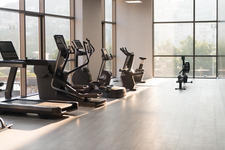 Gimnasio moderno gimnasio Con equipos y máquinas Foto de archivo - 65231939