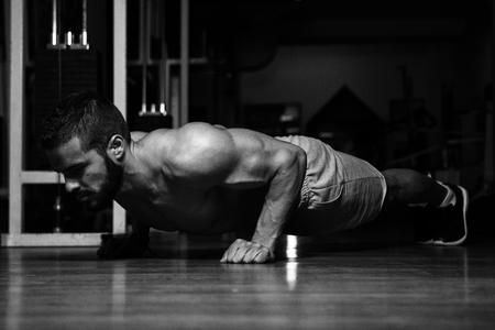 Athlète faisant des pompes dans le cadre de l'entraînement en musculation