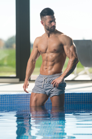 Fashion Portrait Of A Very Muscular Sexy Man In Underwear At Swimming Pool Banque d'images
