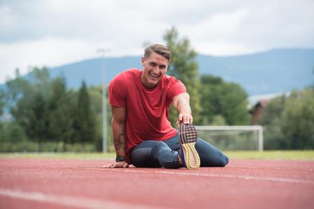 Il giovane atleta Man Relax e Strech pronto per l'esecuzione alla pista di atletica sullo stadio