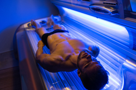 Young Muscular Man At Solarium In Beauty Salon Stockfoto - 110265665