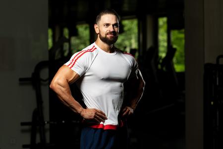 Retrato de entrenador personal en traje deportivo en el gimnasio Gimnasio de pie fuerte