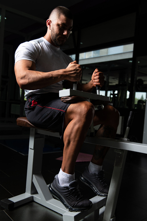Muscular Man Exercising Calves On Machine In The Gym Imagens - 121342347