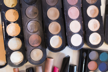 The pallet powder from light beige is then dark brown shades and lip glosses for professional make-up.