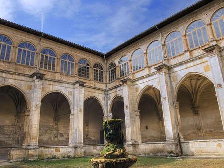 gotico: Fuente en el patio interior de un monasterio