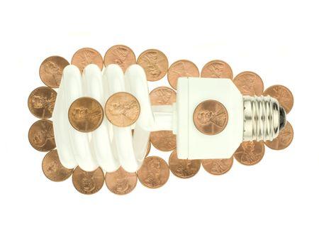 저축의 동전에 둘러싸인 에너지 효율적인 소형 형광 전구.