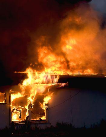 destroyed: Alte Geb�ude Engulfed in Flammen Lizenzfreie Bilder