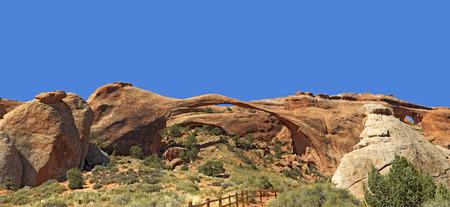 tabique: Arco Paisaje con Vista distante de Partici�n Arch, Parque Nacional Arches, en Utah, EE.UU..