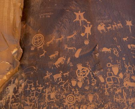 pintura rupestre: Roca del peri�dico es un panel de petroglifos grabados en una pared de arenisca en el sureste de Utah. Foto de archivo