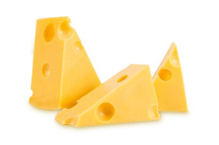 Stücke leckerer gelber Käse isoliert auf weißem Hintergrund
