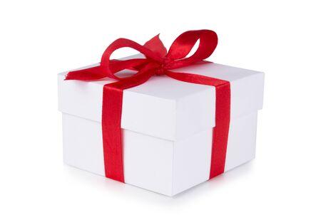 Caja blanca, lazo y cinta roja aislado sobre fondo blanco.