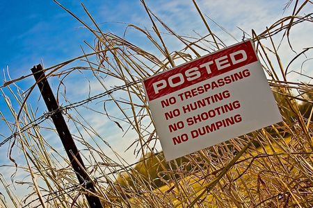 posted no trespassing sign Imagens