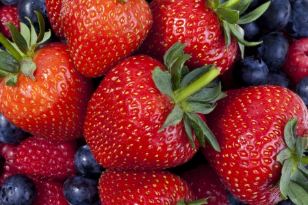 mixed fruits: Strwaberries, blueberries and raspberries