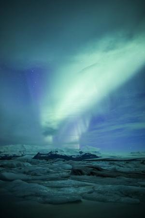 Northern lights oberhalb einer Lagune in Island Standard-Bild - 18377368