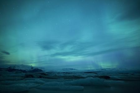 Northern lights oberhalb einer Lagune in Island Standard-Bild - 18377377
