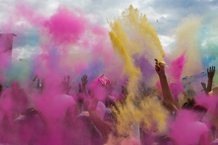 Holi-Festival, Indien, Farbpulver Wurf Standard-Bild - 28591639