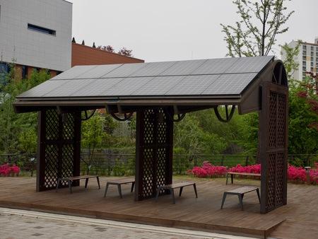 Installation de détente avec panneaux solaires, banc de parc Banque d'images - 78411260