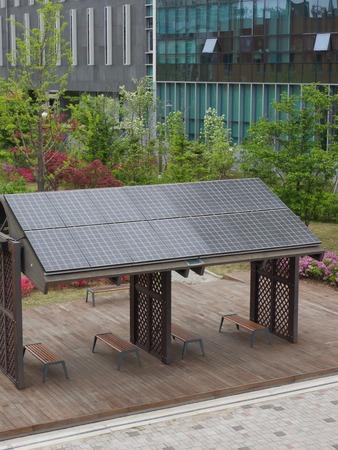 Installation de détente avec panneaux solaires, banc de parc Banque d'images - 78430099