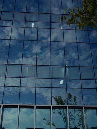하늘과 구름이 건물 창에 반영
