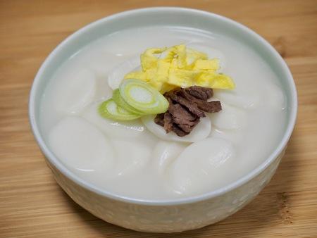 Korean food rice cake soup, tteokguk, Sliced ??Rice Cake Soup Reklamní fotografie