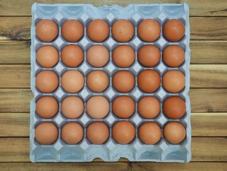 Eier in einem Korb und in einem frischen Ei Standard-Bild - 97207680
