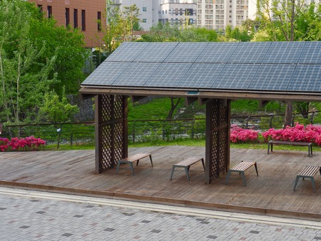Rest facilities equipped with solar panels, Korea Cheongju City Banque d'images - 100665011