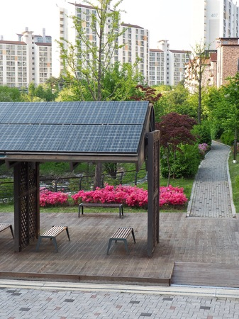 Rest facilities equipped with solar panels, Korea Cheongju City Banque d'images - 100665012