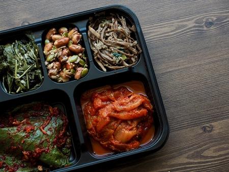 Korean traditional side dishes, Sesame leaf, squash, peanut, Bracken, Kimchi 免版税图像
