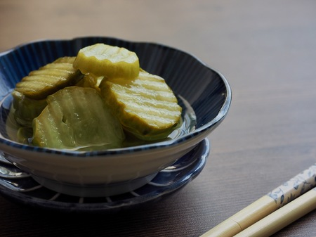 side dish Cucumber pickle and chopsticks Imagens