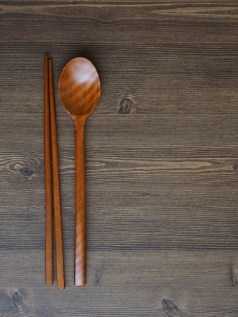 Koreanische Tradition Holzlöffel, Holzstäbchen und Holzbretthintergrund