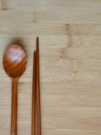 Koreańska tradycja Drewniana łyżka, drewniane pałeczki i drewniana deska w tle