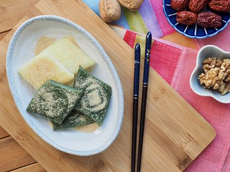 Jeolpyeon comida tradicional coreana, pastel de arroz machacado Azúcar en polvo y nuez
