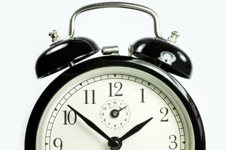 horloge ancienne: une vue de face d'une horloge antique sur un fond blanc en noir Banque d'images
