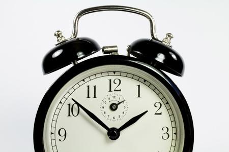 despertador: un reloj viejo juego negro sobre un fondo blanco