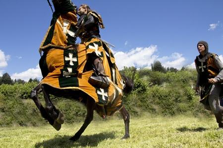 vestidos de epoca: caballero medieval en su caballo galopando