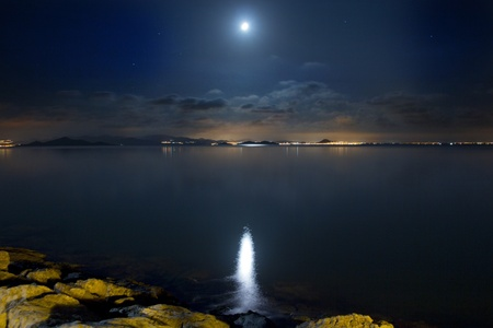 noche y luna: Mar de la noche bella escena y las nubes iluminadas por la luna