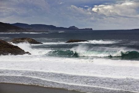 Golven in de Atlantische Oceaan op een stormachtige dag