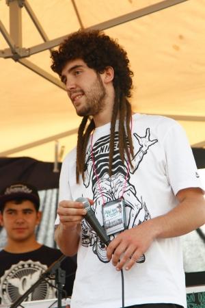 raperos: Madrid, ESPAÑA Sep 18 - raperos conocidos cantar sus canciones durante el festival - Graffiti y Danza Primer Festival Internacional, huele Aqui una pintura, España septiembre 2012