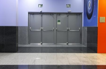salida de emergencia: modernos de curaci�n puertas de salida de emergencia
