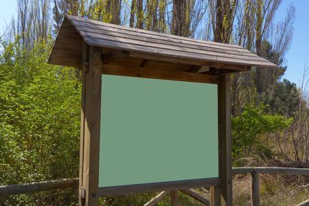 expositor: Soporte de madera Expositor para sus mensajes en la naturaleza Foto de archivo