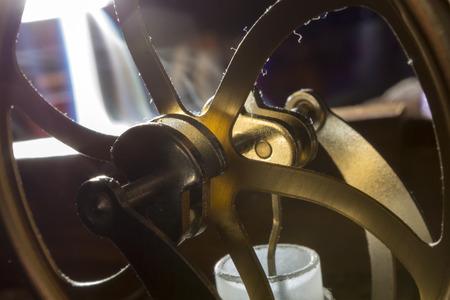poleas: cig�e�ales y las poleas de la maquinaria en ruedas de bronce