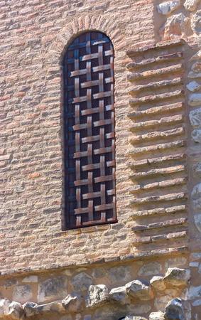 rejas de hierro: barras de hierro en la ventana de una casa antigua