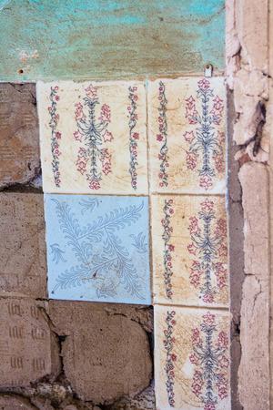 broken wall: con azulejos rotos viejos