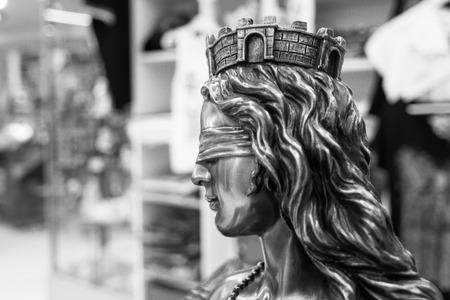 ojos vendados: escultura de un s�mbolo de la justicia mujer con los ojos vendados