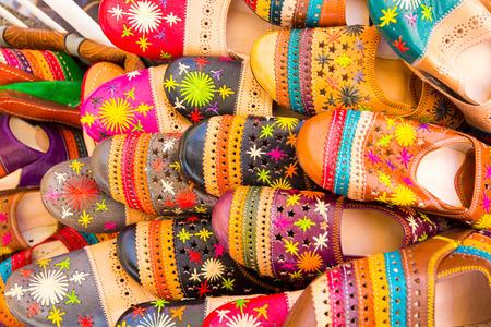 sandalias: sandalias de diferentes colores