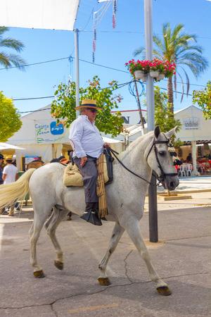 uomini maturi: ANDUJAR, SPAGNA - Settembre, 6: uomini maturi stanno camminando nella loro cavalcature per la fiera cavalli settembre, 6, 2014 a Andujar, Spagna Editoriali